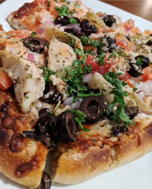 Spicy garlic sauce, red onions, artichoke hearts, tomatoes, black olives.
